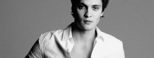 Luke Grimes es Elliot Grey.