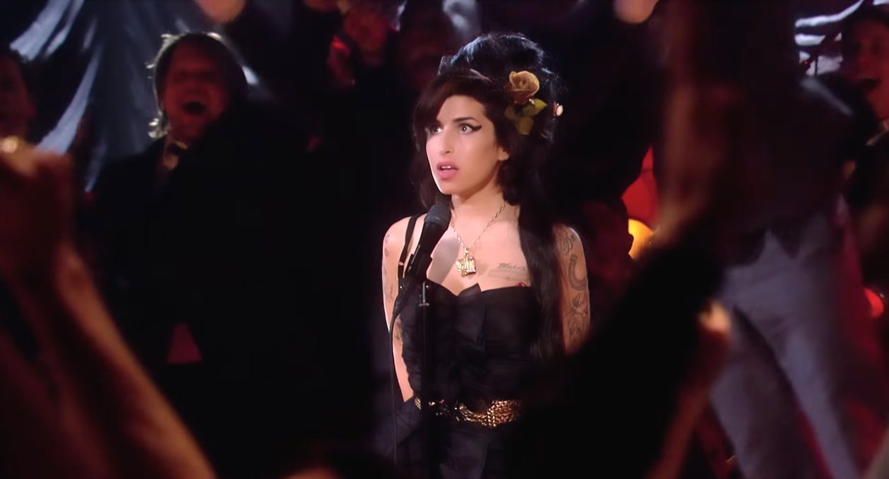 1435769746-amy-winehouse-grammy-win